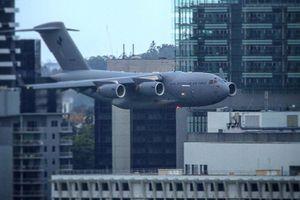 Máy bay quân sự Australia luồn lách qua các tòa nhà cao tầng khiến người dân thót tim