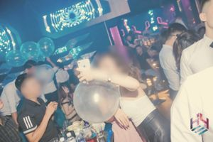 Kỳ 2 - Những trái 'Funky Ball' tràn ngập ở Bar Hey Club khiến dân chơi hưng phấn