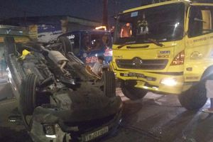 Xe tải va chạm với ô tô 7 chỗ, em bé cùng 3 người thân la hét cầu cứu