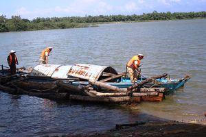 Bị phát hiện, lâm tặc vứt gần 9 khối gỗ xuống sông Thu Bồn