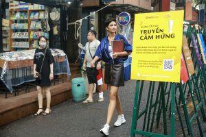 Hoa hậu H'Hen Niê xuống đường bán sách gây quỹ từ thiện