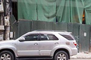 Hà Nội: Thanh sắt lại rơi từ công trình cao tầng, xuyên thủng ô tô