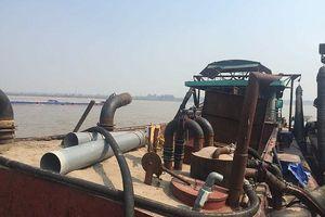 Vây bắt 5 tàu 'khủng' khai thác cát trái phép trên sông Hồng