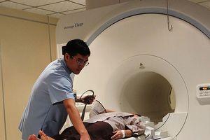 Xếp hàng tầm soát ung thư giá 24 triệu đồng