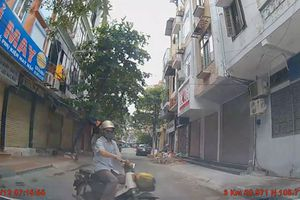 Rẽ trái đột ngột, xe máy va chạm với ôtô trong đường hẹp