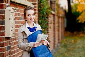 Bất ngờ nhan sắc các nữ nhân viên đưa thư xinh đẹp trên thế giới
