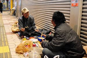 Nhật bắt bố già yakuza 'ăn chặn' người vô gia cư