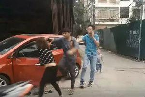 Chồng lên gối, đánh, đạp vợ dã man giữa đường trước mặt con nhỏ