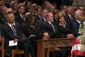 Phu nhân Obama hé lộ món đồ ông Bush bí mật đưa cho bà