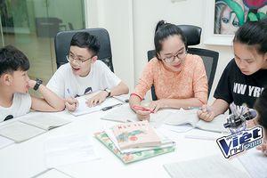 Xa nhà đi thi Giọng hát Việt nhí, dàn thí sinh tài năng đủ mọi lứa tuổi học tập như thế nào?