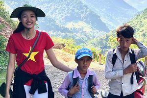 Vẻ đẹp thân thiện của 'Người đẹp tài năng 2018' băng rừng đến giúp trẻ em vùng lũ