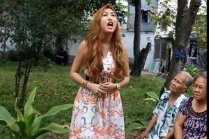 Đi từ thiện, Phi Thanh Vân tra tấn các cụ già bằng giọng hát không thể khủng khiếp hơn