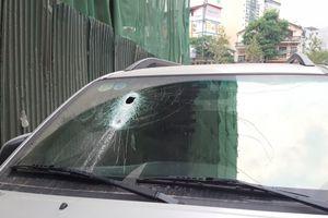 Sắt lại rơi từ công trình cao tầng đâm thủng kính xe ô tô