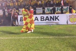 Người hùng CLB Nam Định rơi lệ khi fan hô vang tên mình