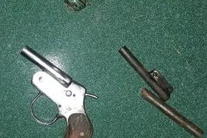 Bắt gọn nhóm đối tượng tàng trữ vũ khí quân dụng