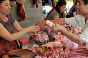 Dán nhãn cho thịt lợn mát, cấp bách nhưng khó làm
