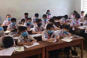 Nhiều HS ở Bình Định đeo khẩu trang trong giờ học vì hôi thối?