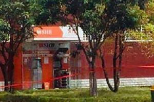 Tháo gỡ 10 thỏi nghi thuốc nổ nặng 2 kg đặt trong 2 cây ATM