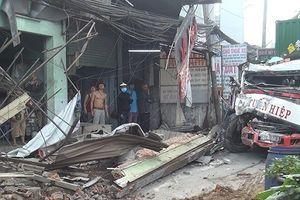 Tránh người đi bộ, xe container tông nhiều nhà dân trong đêm