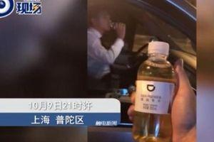 Du khách kiện hãng taxi vì uống nhầm chai đựng nước tiểu của tài xế