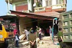 Thanh Hóa: Xe Howo lao vào đâm sập 3 nhà dân lúc rạng sáng