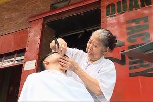 Cụ bà 80 tuổi với kỹ nghệ cắt tóc 'độc' nhất Hà Nội, thu hút từ già tới trẻ