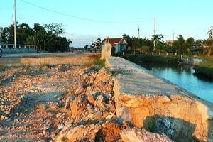 Cầu mới, đường dẫn đắp đất vẫn xin... hoàn thành!