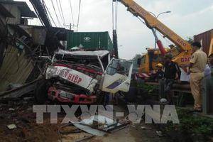 Tp Hồ Chí Minh: Xe container mất lái đâm liên tiếp làm sập 6 căn nhà