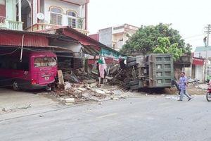 Thanh Hóa: Xe tải mất lái đâm sập mái hiên nhà dân
