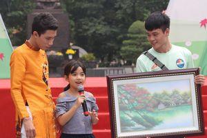 Bé gái 9 tuổi giành quyền mua bức tranh cụ bà người Nhật tặng Mottainai 2018