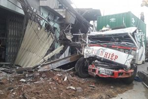 TP.HCM: Xe container mất lái tông vào 6 nhà dân bên đường
