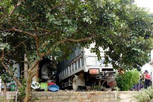 Nghệ An: Xe tải mất lái lao vào quán sửa xe