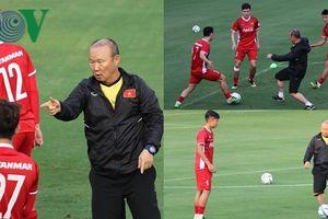 HLV Park Hang Seo chơi bóng đầy nhiệt huyết trên sân tập ĐT Việt Nam