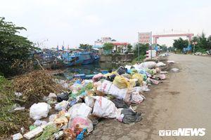 Rác thải chất đống khu neo đậu tàu cá Sa Kỳ, Quảng Ngãi