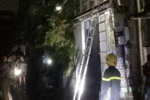 Nhà 4 tầng rào kiểu 'chuồng cọp' ở Sài Gòn bốc cháy, đội PCCC gặp khó khăn để tiếp cận dập lửa