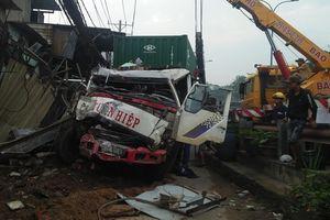 Container mất lái, lao lên vỉa hè tông sập 6 nhà dân