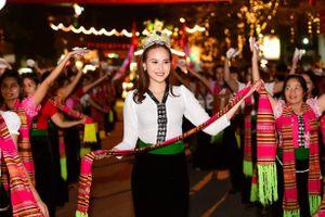 Hoa hậu Khánh Ngân xinh đẹp ở Mường Lò