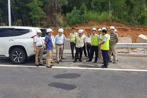 Huy động máy móc sửa hư hỏng trên cao tốc Đà Nẵng-Quảng Ngãi