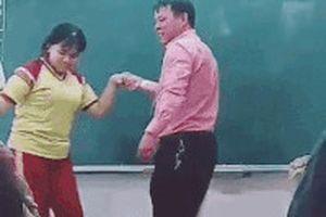 Thầy trò Sài Gòn khiến cả lớp bật cười khi khiêu vũ ở bục giảng
