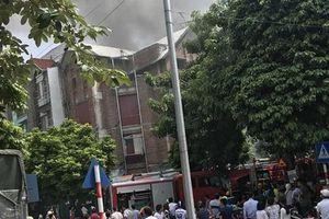 Mẹ bế con nhảy khỏi biệt thự Trung Văn đang cháy