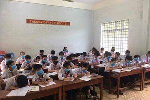 Học sinh đeo khẩu trang trong giờ học vì mùi hôi thối của nước thải công nghiệp