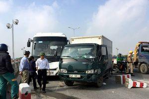 6 ô tô đâm nhau trên cầu Thanh Trì, giao thông ùn tắc nhiều giờ