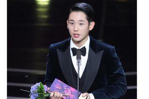 Chiến thắng của Jung Hae In tại Apan Star Awards 2018 gây tranh cãi