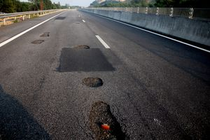 Cao tốc 34.000 tỷ vừa dùng đã hỏng: Không có chuyện lấy đất bùn để đắp cao tốc!