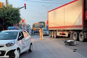 Xe máy lao vào taxi tại đèn đỏ, một người đàn ông bất tỉnh
