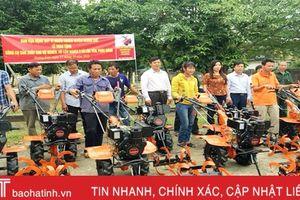 Hỗ trợ máy làm đất cho 10 hộ nghèo Hương Khê