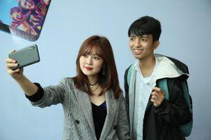 Hotgirl Ribi Sachi lập kỷ lục khi selfie 133 tấm hình với người hâm mộ