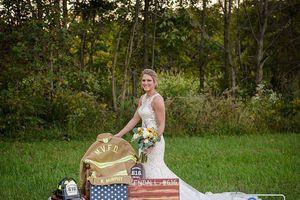 Chú rể qua đời vì tai nạn xe, cô dâu vẫn tổ chức đám cưới bên bia mộ