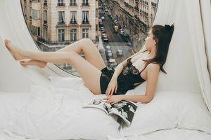 Ngọc Trinh tung clip mặc váy ngủ kiệm vải thả dáng trong phòng 25 triệu/ đêm tại Pháp