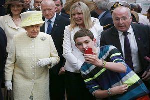 Phía sau cuộc sống hào nhoáng sang trọng, cũng có lúc thành viên hoàng gia Anh bị chộp những khoảnh khắc 'khó đỡ'